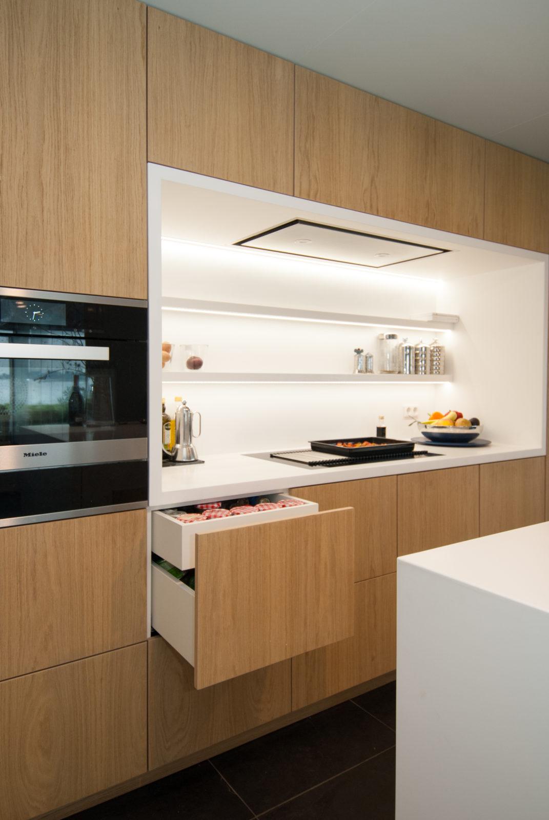 interieurbouw noteboom - keuken eiken met witte nis