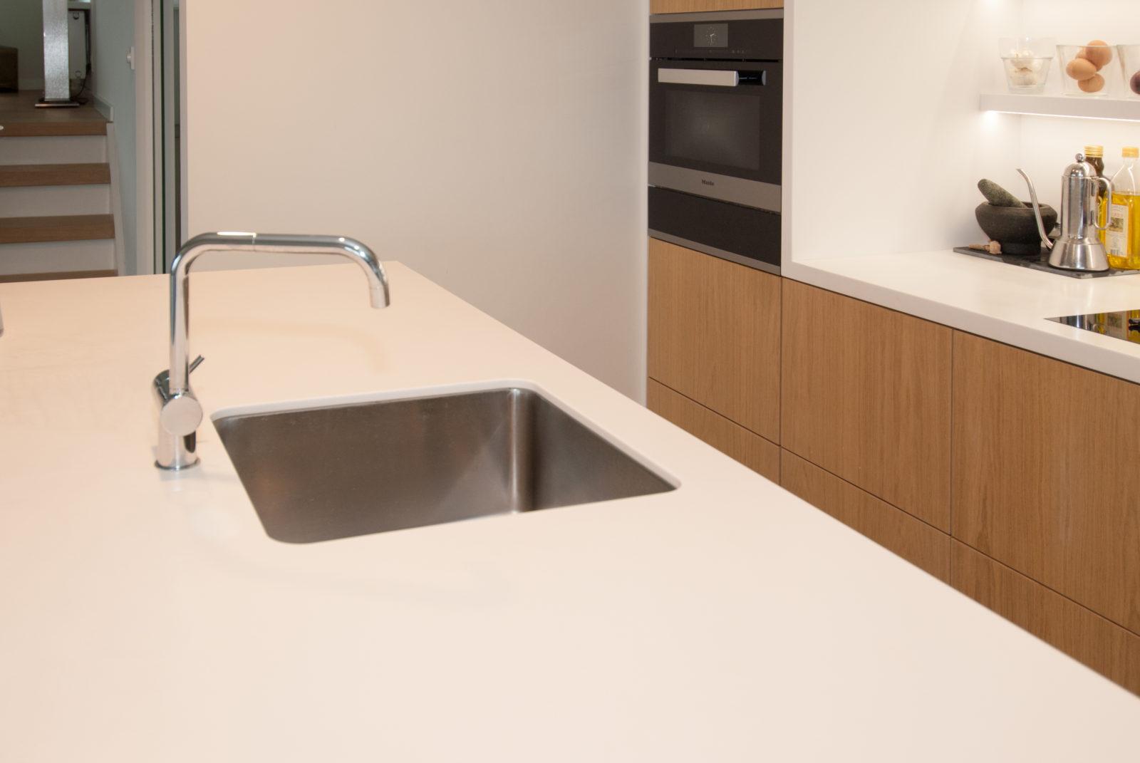 interieurbouw noteboom - wit keukeneiland